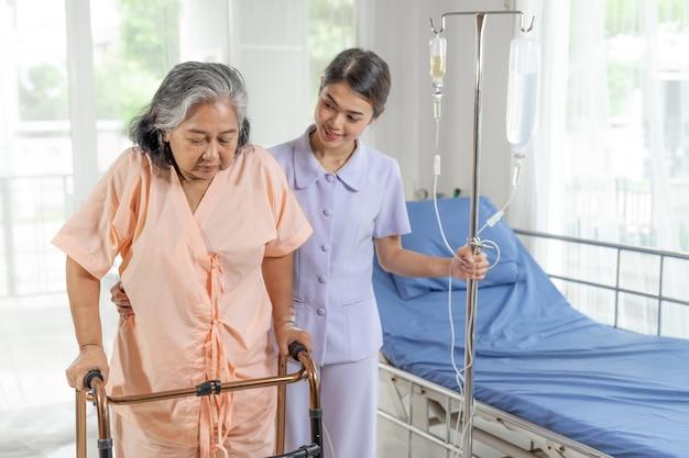 Las enfermeras están bien atendidas de pacientes de edad avanzada en pacientes hospitalizados, concepto médico y sanitario. Foto gratis