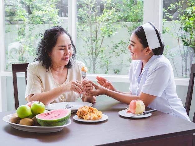 Las enfermeras tienen prohibido permitir que los ancianos coman pollo frito. Foto Premium