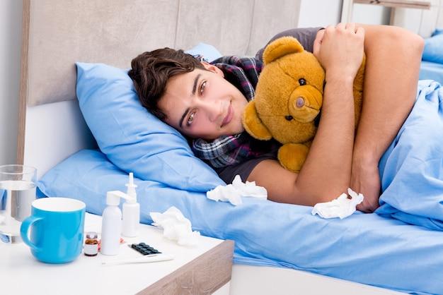 Enfermo enfermo en la cama tomando medicamentos y drogas Foto Premium