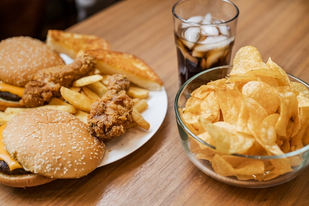 Engorde y comida rápida no saludable Foto gratis