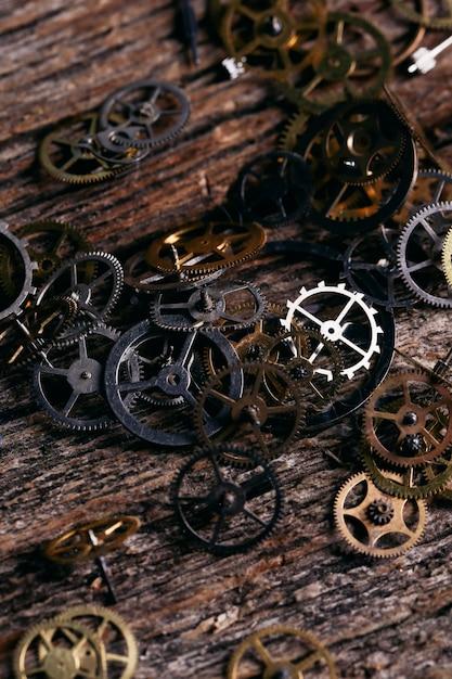 Engranajes en mesa de madera Foto gratis