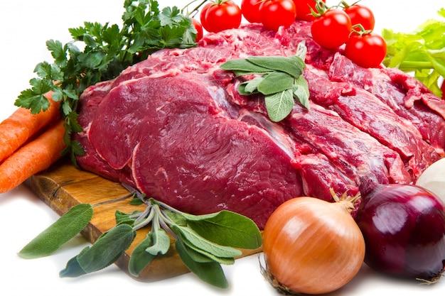 Enorme trozo de carne roja con verduras Foto Premium