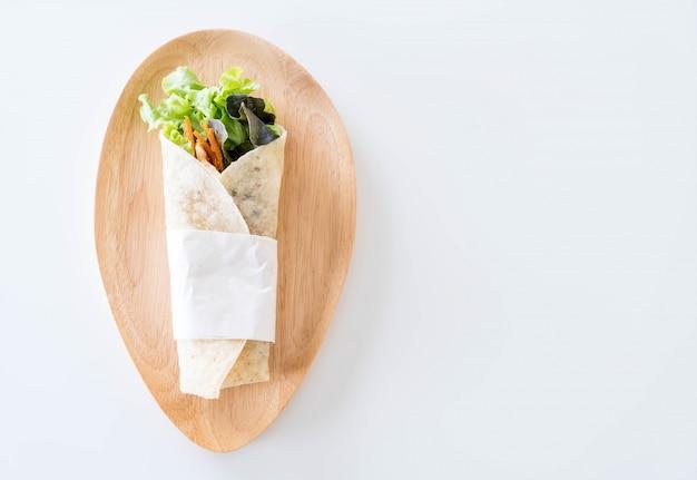 Enrollar el rollo de ensalada Foto gratis