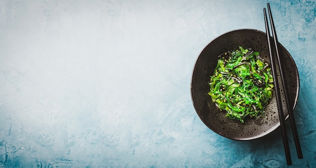 Ensalada de algas servidas y listas para comer. Foto gratis