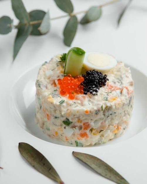 Ensalada capital con caviar negro y rojo Foto gratis