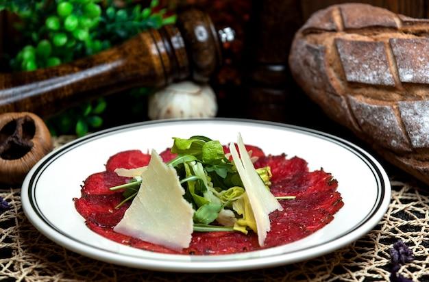 Ensalada cubierta con queso y vegetación 1 Foto gratis
