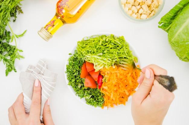 Ensalada deliciosa y saludable de lechuga Foto gratis