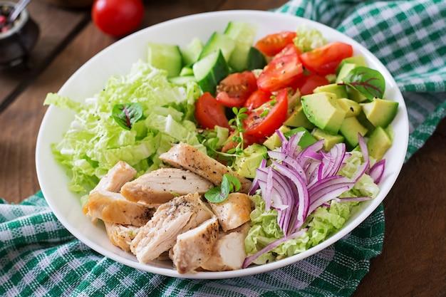 Ensalada dietética con pollo, aguacate, pepino, tomate y col china Foto gratis