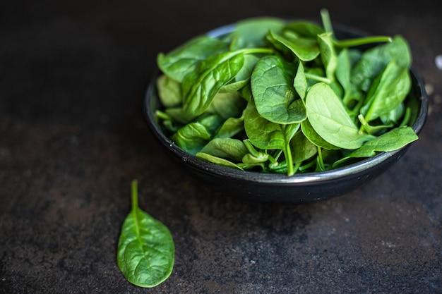 Ensalada de espinacas hojas verdes jugosas ensalada orgánica tamaño de la porción Foto Premium