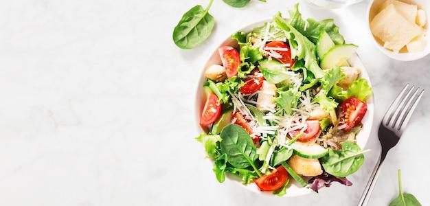 Ensalada fresca sabrosa con pollo y verduras Foto Premium