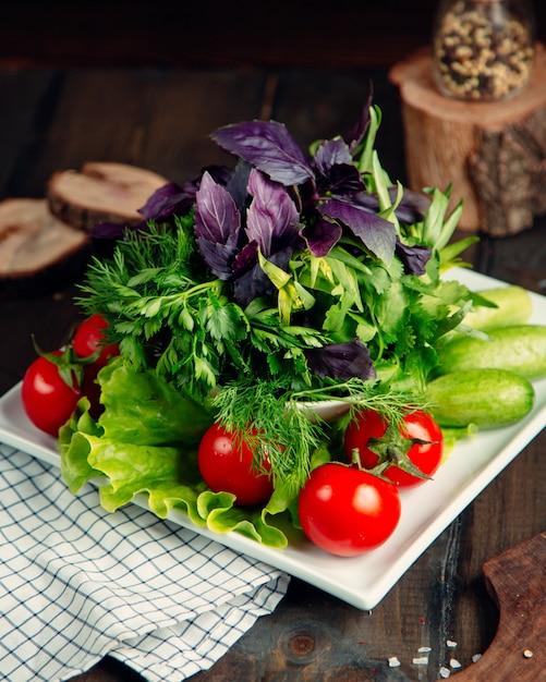 Ensalada fresca con tomate, pepino y greneery Foto gratis