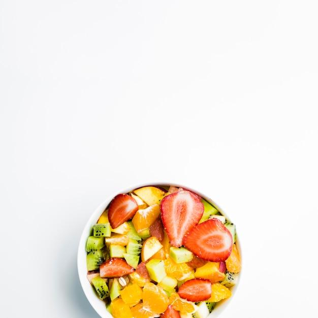Ensalada de frutas en mesa Foto gratis