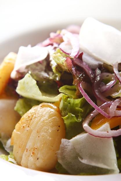 Ensalada gourmet de mariscos con vieiras Foto gratis