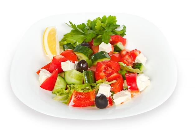 Ensalada griega fresca en tazón blanco Foto Premium