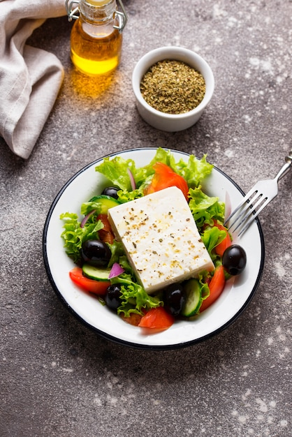 Ensalada griega tradicional con queso feta Foto Premium