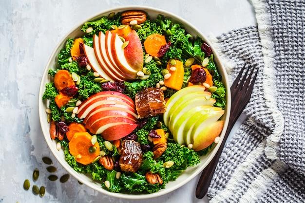 Ensalada de invierno con manzana, calabaza, arándanos, miel y semillas. Foto Premium