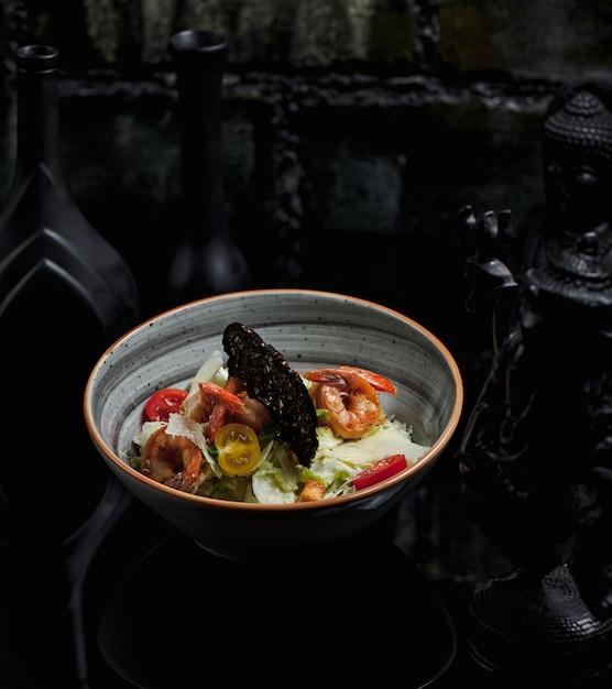 Ensalada de mariscos con cangrejos y tomates cherry Foto gratis