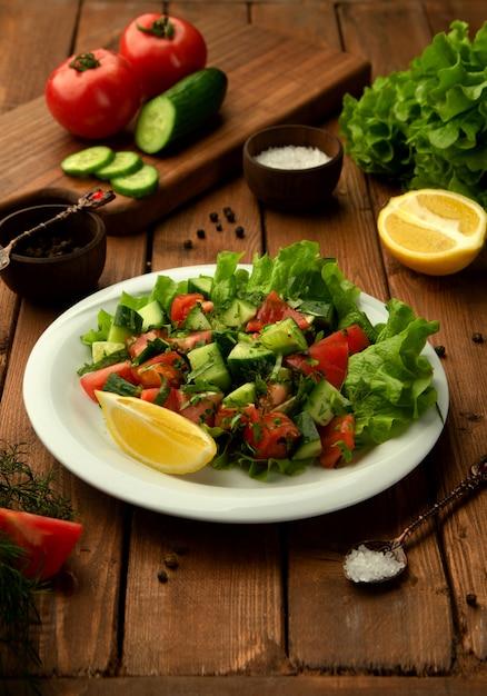 Ensalada de pastor choban con tomate, pepino, hierbas y limón. Foto gratis