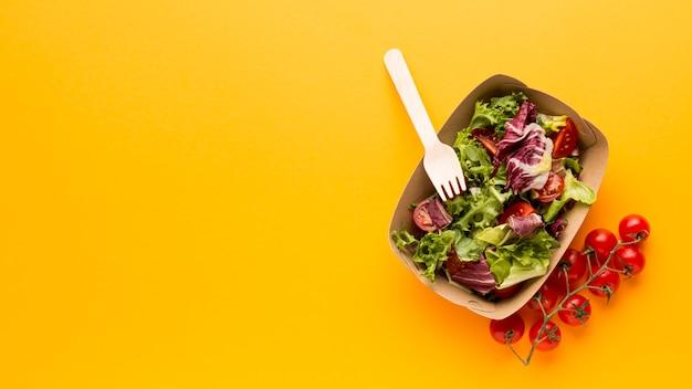 Ensalada plana de caja de ensalada de frescura Foto gratis