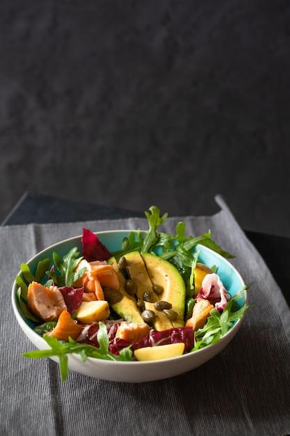 salmon a la plancha con ensalada de aguacate