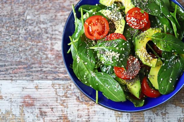 Ensalada saludable con aguacate, espinacas, semillas de chia y semillas de sésamo. Foto Premium