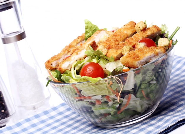 Ensalada saludable con pollo y verduras. Foto gratis