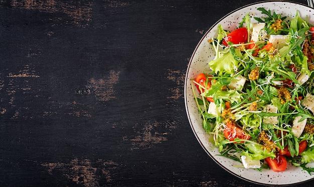 Ensalada de tomate con microgreens mixtos y queso camembert. Foto gratis