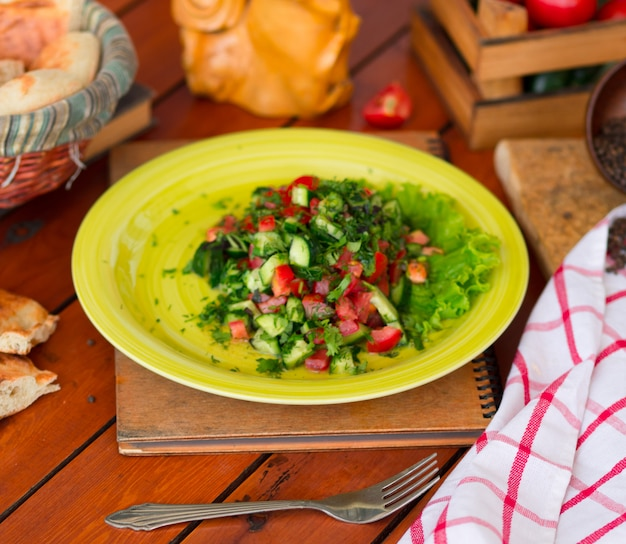 Ensalada verde vegetal, choban salati en placa verde. Foto gratis