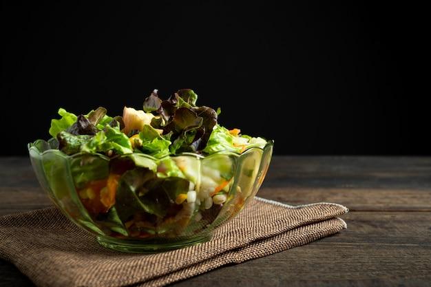 Ensalada de verduras frescas en la madera. Foto gratis