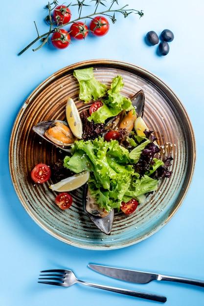 Ensalada de verduras con ostras y limones Foto gratis