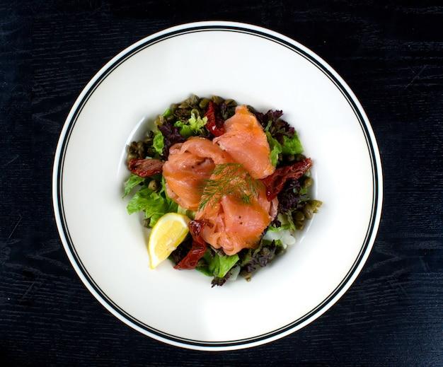 Ensalada de verduras con salmón ahumado Foto gratis