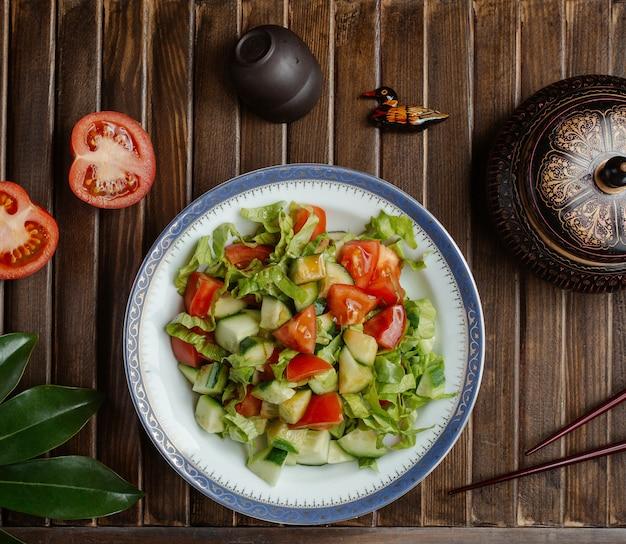 Ensalada de verduras de temporada, salami choban Foto gratis