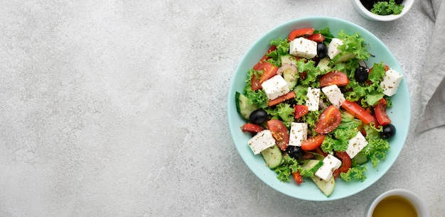 Ensalada de vista superior con queso feta, tomates y aceitunas con espacio de copia Foto Premium