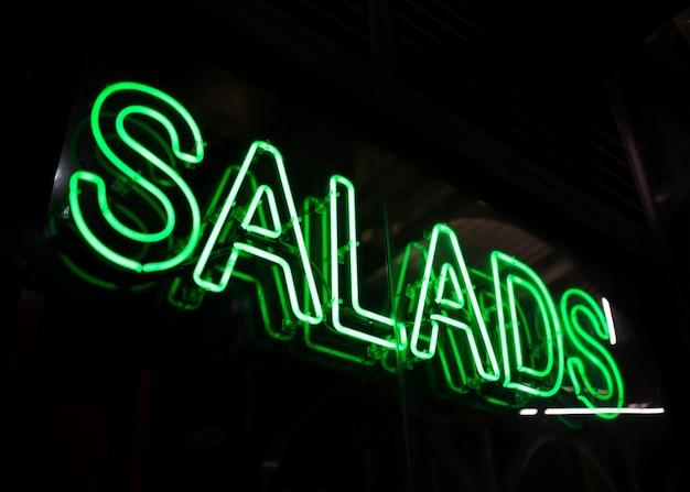 Ensaladas de comida rápida firman en luces de neón Foto gratis