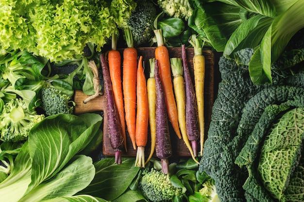 Ensaladas verdes, coles, verduras de colores vivos. Foto Premium