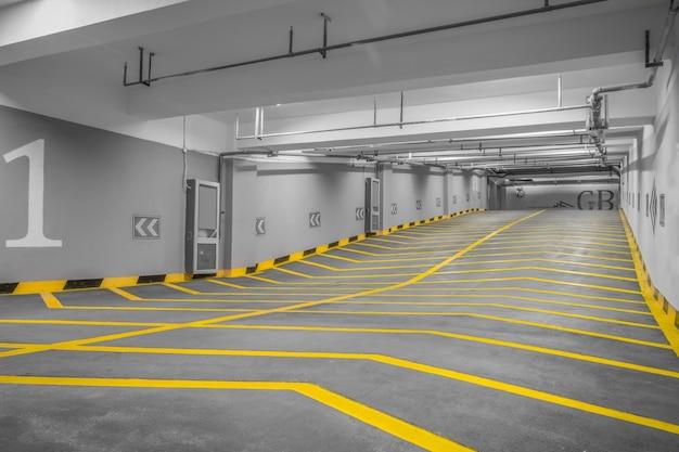 Entrada a un aparcamiento subterráneo moderno Foto gratis