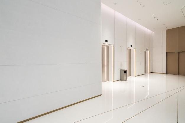 La entrada del ascensor está en el centro comercial. Foto Premium