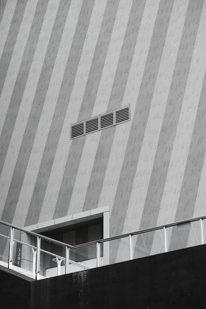 Entrada de un edificio en el puente. Foto gratis