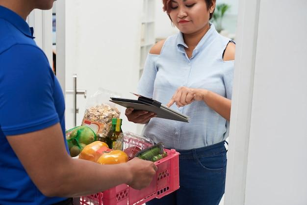 Entrega de alimentos frescos Foto gratis