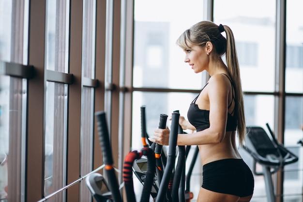 Entrenador de fitness femenino en el gimnasio Foto gratis