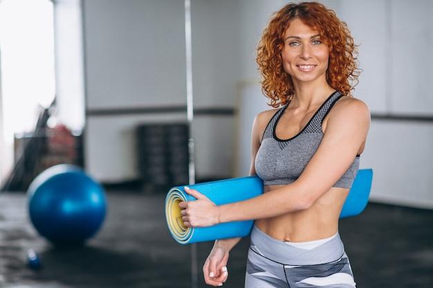 Entrenador de yoga en el gimnasio Foto gratis