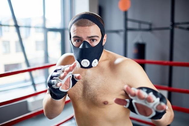 Entrenamiento de boxeador en máscara de resistencia Foto gratis