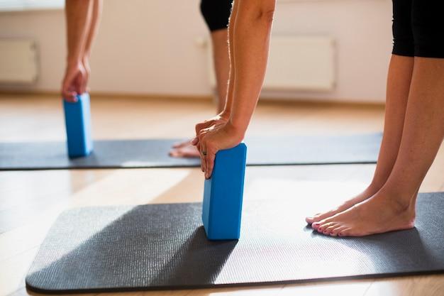 Entrenamiento en pareja con bloques de pilates Foto gratis
