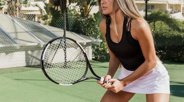 Entrenamiento profesional de tenista irreconocible Foto Premium
