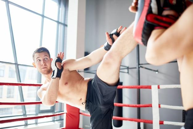 Entrenamiento en ring de boxeo Foto gratis