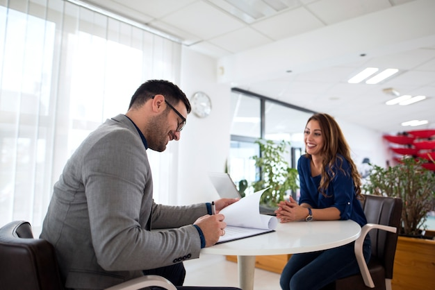 Entrevista de trabajo y selección de candidatos para el empleo. Foto gratis