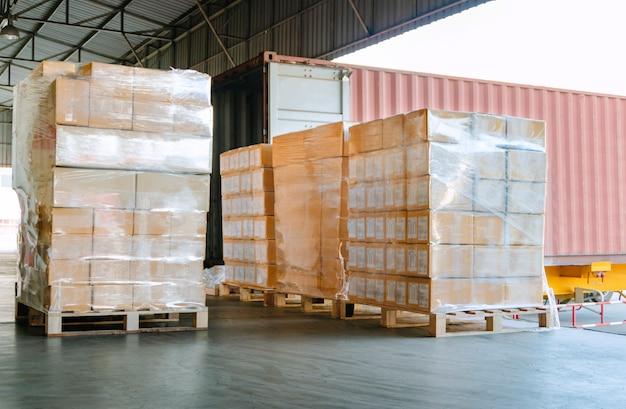 Envío de carga para cargar en un camión en el almacén de distribución Foto Premium