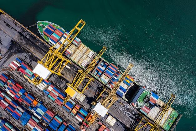 Envío de contenedores de carga de carga y descarga Foto Premium