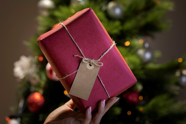 Envoltura de regalos de navidad de lujo en casa Foto gratis