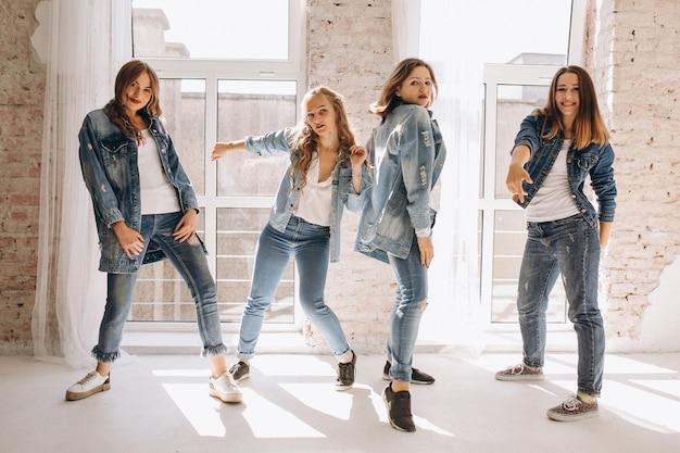 Equipo de bailarina en estudio Foto gratis